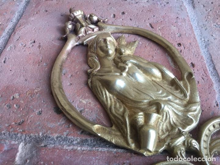 Antigüedades: Antiguo ornamento de bronce 664 gramos - Virgen de la paloma - Figura, aplique, aplicación - Foto 4 - 208502632