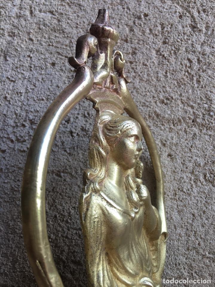 Antigüedades: Antiguo ornamento de bronce 664 gramos - Virgen de la paloma - Figura, aplique, aplicación - Foto 6 - 208502632