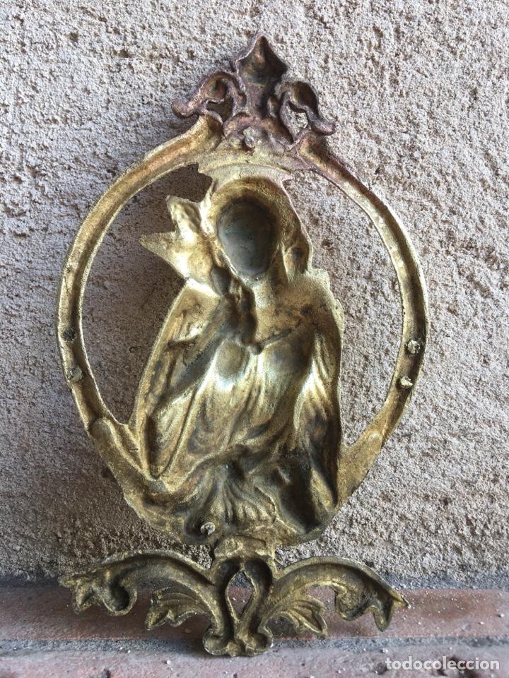 Antigüedades: Antiguo ornamento de bronce 664 gramos - Virgen de la paloma - Figura, aplique, aplicación - Foto 7 - 208502632