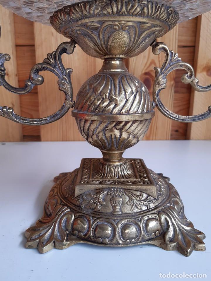 Antigüedades: Antiguo centro de mesa de cristal y bronce - Foto 2 - 208585908