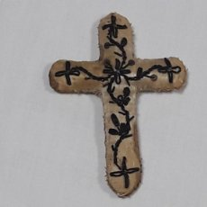 Antigüedades: ANTIGUA CRUZ EN SEDA BORDADA HILO METÁLICO S.XIX IDEAL PARA IMAGEN DE VESTIR NIÑO JESÚS VIRGEN. Lote 208761780