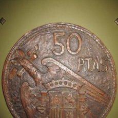Antigüedades: MONEDA TALLADA MADERA 50 PESETAS 1957 ESTRELLA 59 GRANDES DIMENSIONES. Lote 208836823