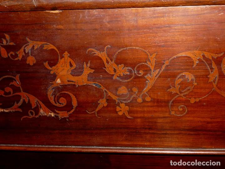 Antigüedades: Antigua Cómoda De Madera Con Marquetería. Para Restaurar.114 x 120 x 58 Cm. - Foto 8 - 208896920