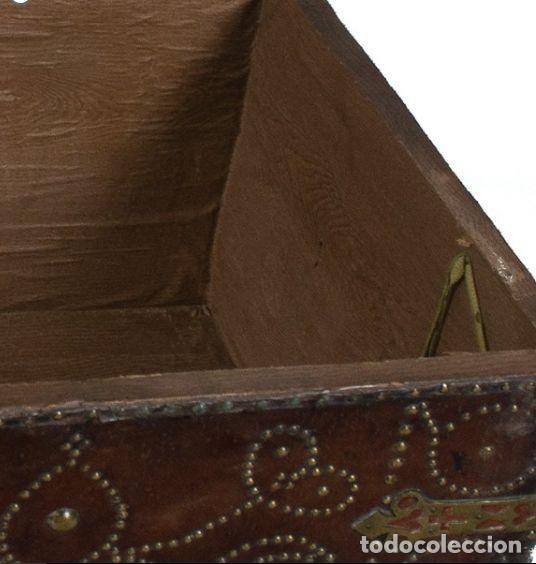 Antigüedades: BAÚL DE MADERA RECUBIERTA DE CUERO CLAVETEADO Y HIERRO CALADO. PRINCIPIOS SIGLO XVIII. 61x 99x55 CM - Foto 6 - 209004075