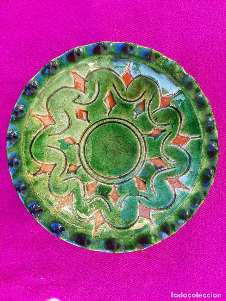 Antigüedades: ORIGINAL PLATO DECORATIVO DE CERÁMICA VERDE ESMALTADA ALFARERÍA POPULAR DE ÚBEDA-JAÉN.TALLER GÓNGORA - Foto 2 - 209037122