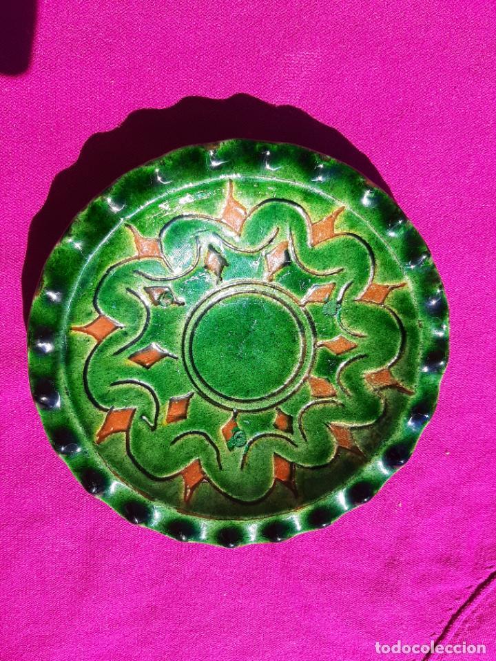 Antigüedades: ORIGINAL PLATO DECORATIVO DE CERÁMICA VERDE ESMALTADA ALFARERÍA POPULAR DE ÚBEDA-JAÉN.TALLER GÓNGORA - Foto 7 - 209037122