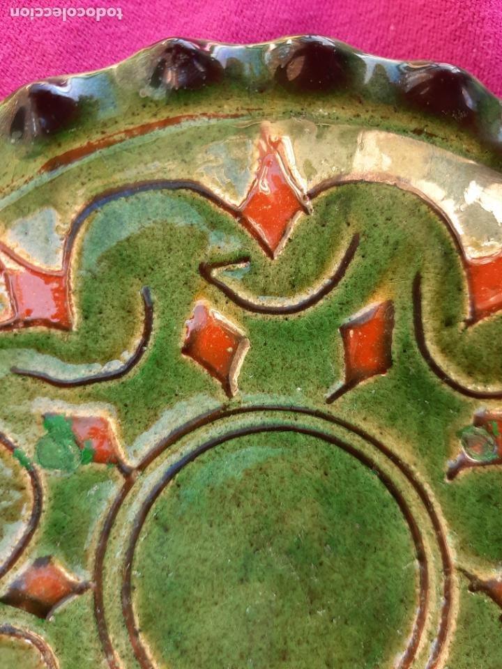 Antigüedades: ORIGINAL PLATO DECORATIVO DE CERÁMICA VERDE ESMALTADA ALFARERÍA POPULAR DE ÚBEDA-JAÉN.TALLER GÓNGORA - Foto 9 - 209037122