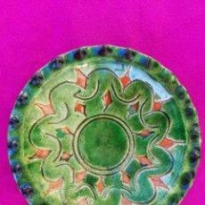 Antigüedades: ORIGINAL PLATO DECORATIVO DE CERÁMICA VERDE ESMALTADA ALFARERÍA POPULAR DE ÚBEDA-JAÉN.TALLER GÓNGORA. Lote 209037122