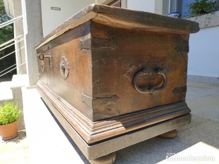 Antigüedades: Preciosa Arca de nogal de epoca. Medidas: 145-50-54 cm. - Foto 4 - 97598287
