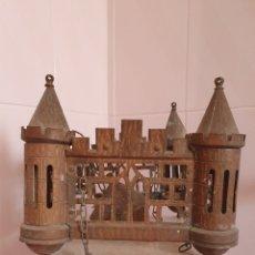 Antigüedades: ANTIGUA LAMPARA CON FORMA DE CASTILLO REALIZADA EN METAL POR FAVOR LEER DESCRIPCIÓN. Lote 209203335