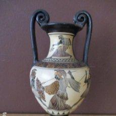 Antigüedades: JARRON DE CERÁMICA GRIEGO - HECHO A MANO / LUCHA ENTRE GRIEGOS Y ZEUS EN LA PARTE DE ARRIBA. 25 CM. Lote 209366597
