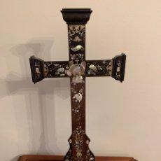 Antigüedades: FABULOSA CRUZ DE MADERA DE PALO SANTO Y NÁCAR. Lote 209385278