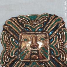 Oggetti Antichi: ANTIGUA PLACA PARA COLGAR DE DIOS AZTECA REALIZADA EN COBRE Y METAL. Lote 209416936