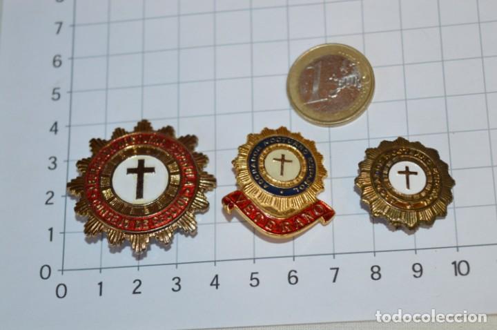 Antigüedades: Vintage - 3 Pins / Insignias - Antiguas, diferentes ADORADOR / ACION NOCTURNO / A ESPAÑOL / A ¡Mira! - Foto 2 - 209574323