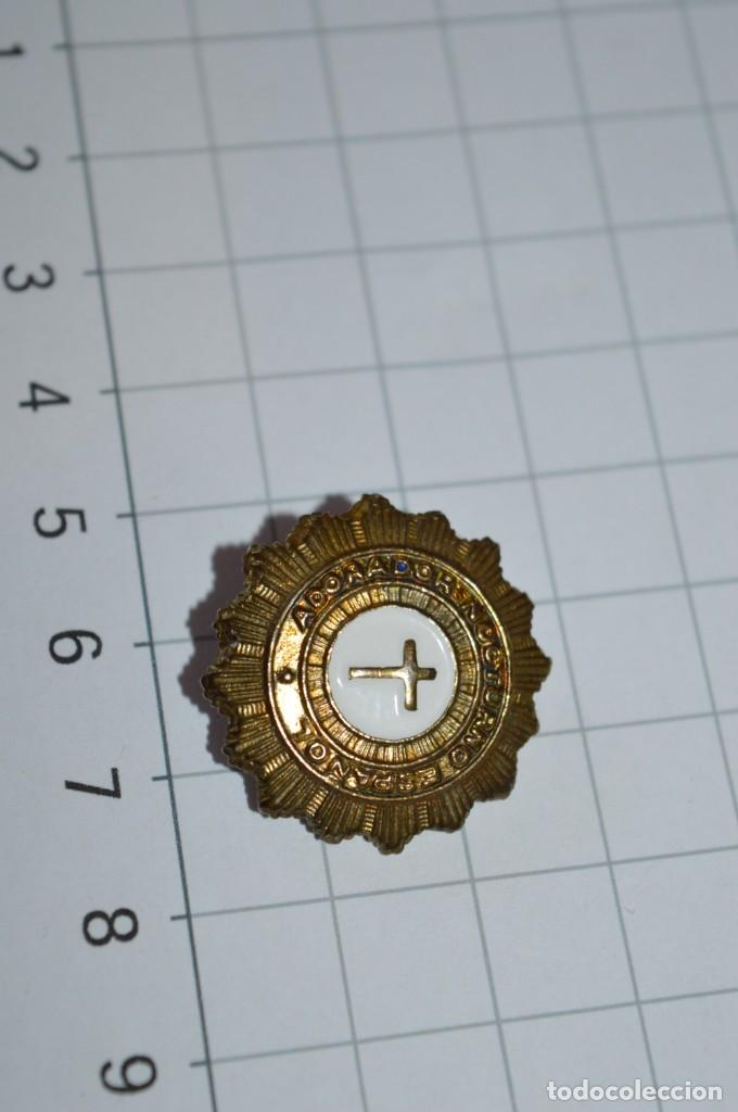 Antigüedades: Vintage - 3 Pins / Insignias - Antiguas, diferentes ADORADOR / ACION NOCTURNO / A ESPAÑOL / A ¡Mira! - Foto 7 - 209574323
