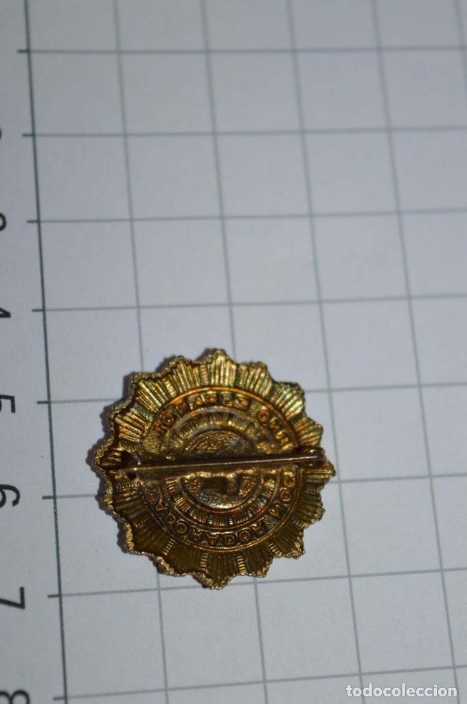 Antigüedades: Vintage - 3 Pins / Insignias - Antiguas, diferentes ADORADOR / ACION NOCTURNO / A ESPAÑOL / A ¡Mira! - Foto 8 - 209574323