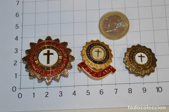VINTAGE - 3 PINS / INSIGNIAS - ANTIGUAS, DIFERENTES ADORADOR / ACION NOCTURNO / A ESPAÑOL / A ¡MIRA! (Antigüedades - Religiosas - Medallas Antiguas)