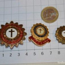 Antigüedades: VINTAGE - 3 PINS / INSIGNIAS - ANTIGUAS, DIFERENTES ADORADOR / ACION NOCTURNO / A ESPAÑOL / A ¡MIRA!. Lote 209574323