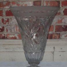 Antigüedades: GRAN JARRÓN DE CRISTAL TALLADO PIE DE PLATA - FIRMADO ARTIGAS. Lote 209585797