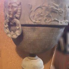 Antigüedades: MACETERO ANTIGUO DE METAL CON DOS ARGOLLAS CABEZA DE LEON. 55X24 CM. Lote 209606845