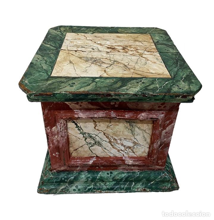 Antigüedades: Antigua peana, ménsula, pedestal, columna de madera para figura. Siglo XVII. 40x40x35 - Foto 3 - 165742170