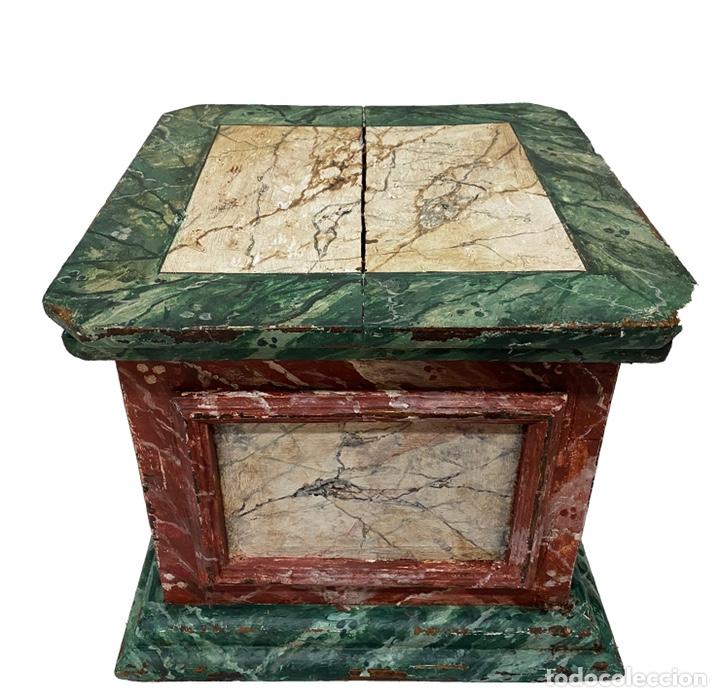 Antigüedades: Antigua peana, ménsula, pedestal, columna de madera para figura. Siglo XVII. 40x40x35 - Foto 5 - 165742170