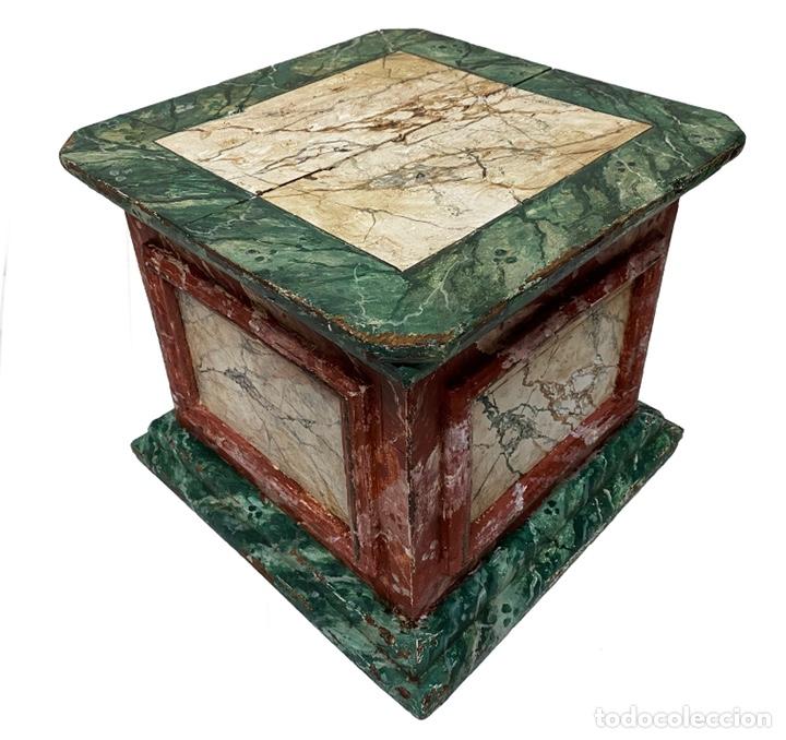 Antigüedades: Antigua peana, ménsula, pedestal, columna de madera para figura. Siglo XVII. 40x40x35 - Foto 6 - 165742170