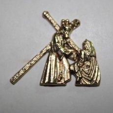 Antigüedades: EL CALVARIO DE JESUCRISTO EN PEQUENAS MEDALLAS DORADAS DE METAL. Lote 209631467