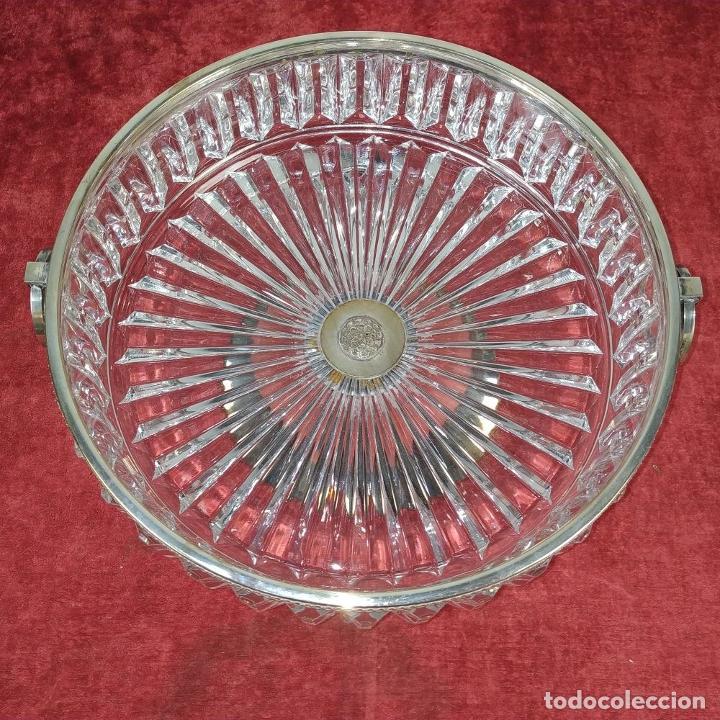 Antigüedades: GRAN CENTRO DE MESA. CRISTAL TALLADO. METAL CHAPADO PLATA. ESPAÑA. CIRCA 1950 - Foto 2 - 209648207
