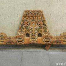 Antigüedades: (M) YUGO ANTIGUO DE MADERA LABRADO Y COLORIDO, 124X66X5CM, SEÑALES DE USO. Lote 209656466