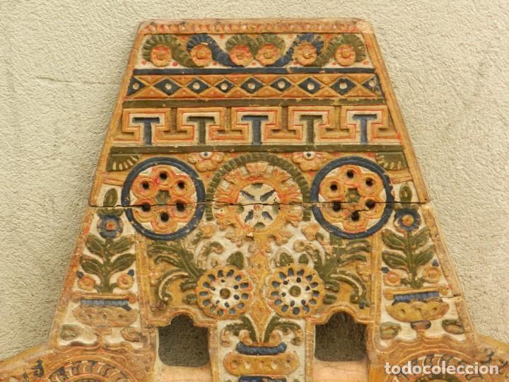 Antigüedades: (M) YUGO ANTIGUO DE MADERA LABRADO Y COLORIDO, 124X66X5CM, SEÑALES DE USO - Foto 2 - 209656466