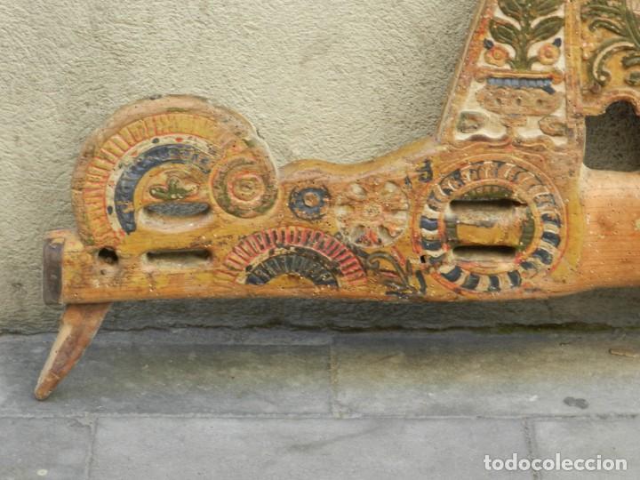 Antigüedades: (M) YUGO ANTIGUO DE MADERA LABRADO Y COLORIDO, 124X66X5CM, SEÑALES DE USO - Foto 3 - 209656466