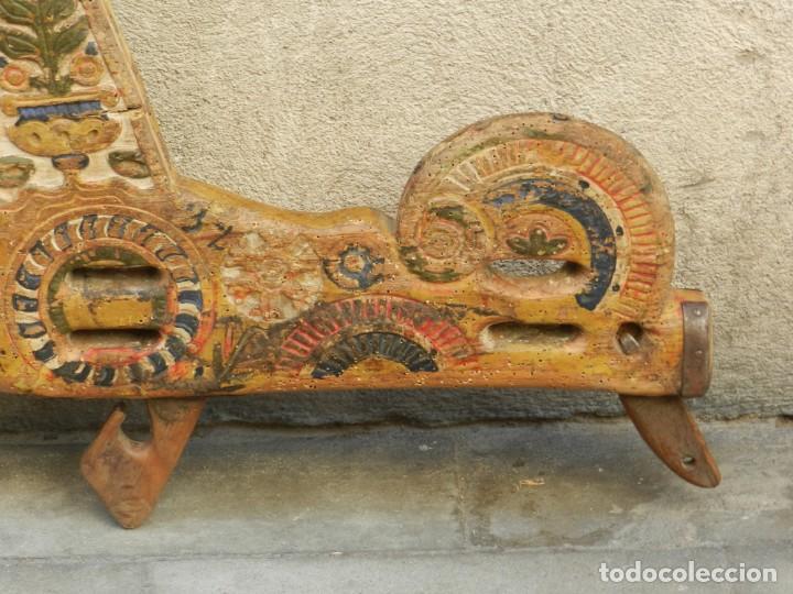Antigüedades: (M) YUGO ANTIGUO DE MADERA LABRADO Y COLORIDO, 124X66X5CM, SEÑALES DE USO - Foto 4 - 209656466