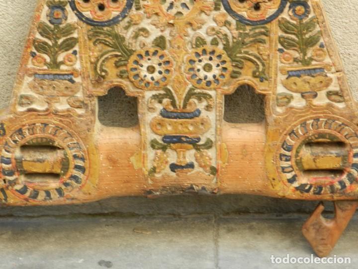 Antigüedades: (M) YUGO ANTIGUO DE MADERA LABRADO Y COLORIDO, 124X66X5CM, SEÑALES DE USO - Foto 5 - 209656466