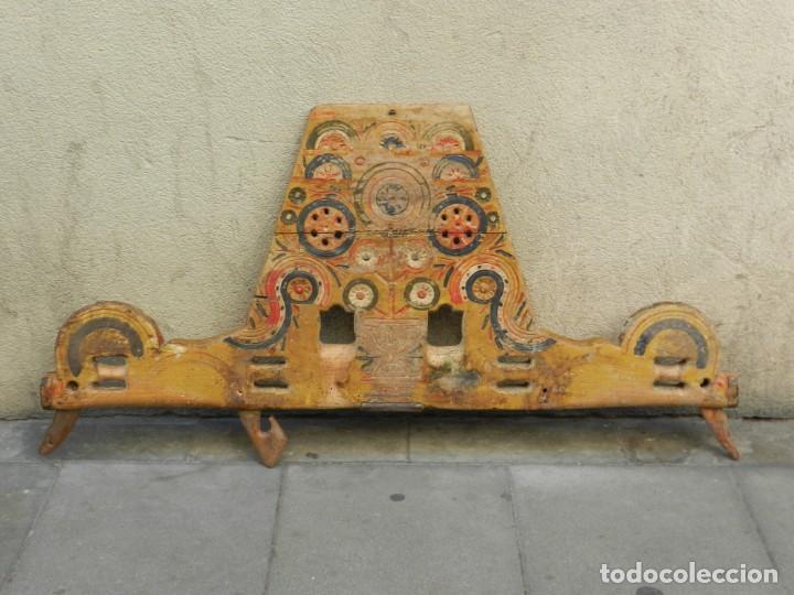 Antigüedades: (M) YUGO ANTIGUO DE MADERA LABRADO Y COLORIDO, 124X66X5CM, SEÑALES DE USO - Foto 6 - 209656466
