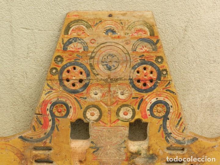 Antigüedades: (M) YUGO ANTIGUO DE MADERA LABRADO Y COLORIDO, 124X66X5CM, SEÑALES DE USO - Foto 7 - 209656466