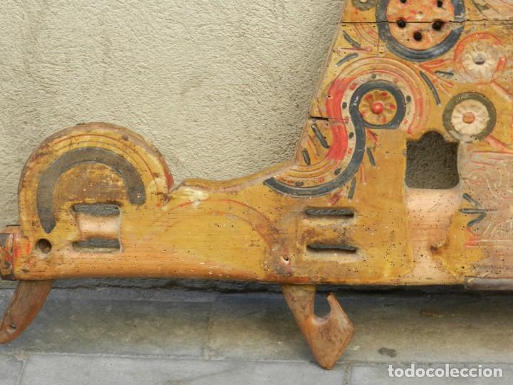 Antigüedades: (M) YUGO ANTIGUO DE MADERA LABRADO Y COLORIDO, 124X66X5CM, SEÑALES DE USO - Foto 8 - 209656466