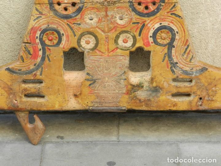 Antigüedades: (M) YUGO ANTIGUO DE MADERA LABRADO Y COLORIDO, 124X66X5CM, SEÑALES DE USO - Foto 9 - 209656466