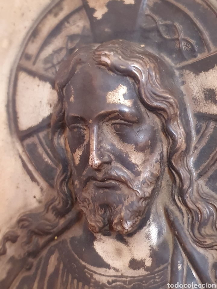 Antigüedades: MUY BONITO SAGRADO CORAZON DE JESUS EN RELIEVE CON BAÑO DE PLATA - Foto 2 - 121875374