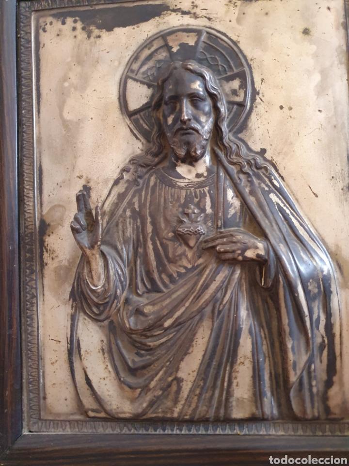 Antigüedades: MUY BONITO SAGRADO CORAZON DE JESUS EN RELIEVE CON BAÑO DE PLATA - Foto 3 - 121875374