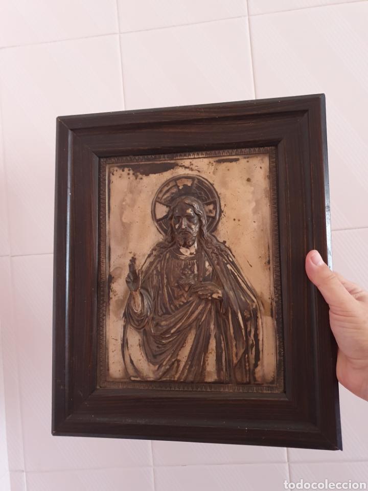 Antigüedades: MUY BONITO SAGRADO CORAZON DE JESUS EN RELIEVE CON BAÑO DE PLATA - Foto 4 - 121875374