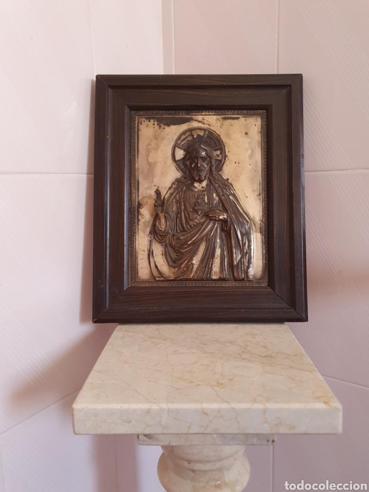 MUY BONITO SAGRADO CORAZON DE JESUS EN RELIEVE CON BAÑO DE PLATA (Antigüedades - Religiosas - Orfebrería Antigua)