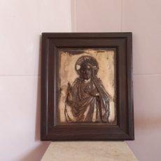 Antigüedades: MUY BONITO SAGRADO CORAZON DE JESUS EN RELIEVE CON BAÑO DE PLATA. Lote 121875374