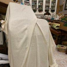 Antigüedades: BONITA COLCHA O CUBRESOFA ANTIGUO, EN ALGODON ADAMASCADO. MIDE 2,20X2MTS.. Lote 209782755