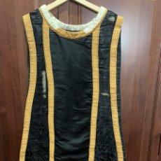 Antigüedades: ANTIGUA CASULLA CEREMONIAL NEGRA CON AGREMANES DORADOS. Lote 209826790