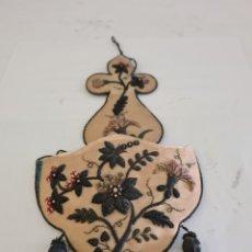 Antigüedades: PRECIOSA VENDITERA EN SEDA BORDADA A MANO PRECIOSA. Lote 209841640