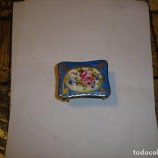 Antigüedades: PRECIOSA CAJA PASTILLERO EN PORCELANA DE LIMOGES MARCADA EN LA BASE. Lote 209888330