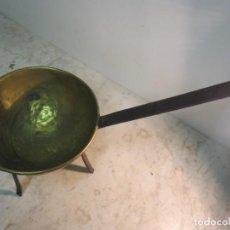 Antigüedades: ANTIGUO CAZO PARA COCINAR REALIZADO EN LATÓN CON ASA Y PIES DE HIERRO. Lote 209899135