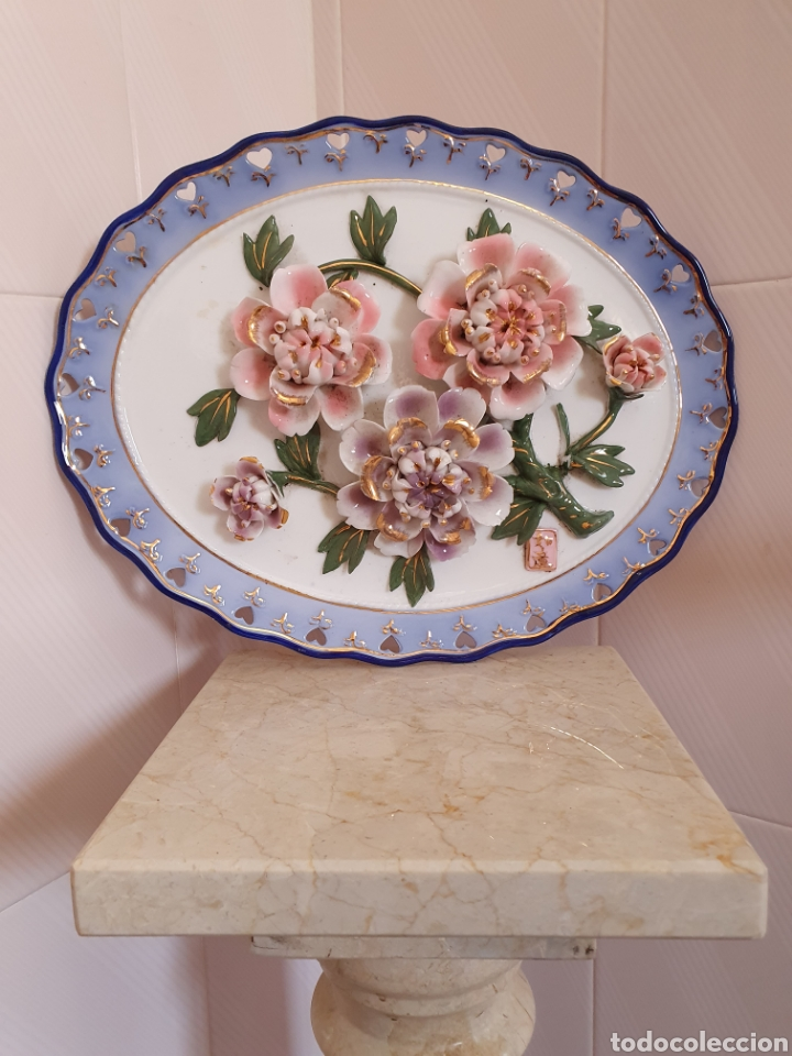 PRECIOSA BANDEJA REALIZADA EN CERÁMICA CON MOTIVO FLORAL (Antigüedades - Porcelanas y Cerámicas - Otras)