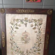 Antigüedades: CUADRO SEDA BORDADO SAGRADO CORAZON DE JESUS. Lote 209942451